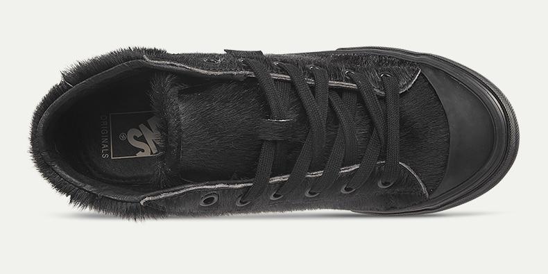 这双经典款板鞋将毛绒元素加入了鞋子之中,给人一种温暖的感觉