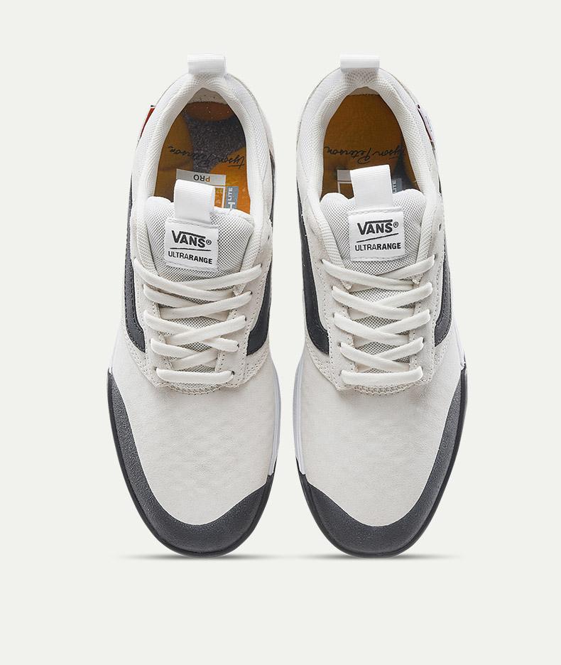 除了滑板鞋的作用,你还可以在各种其他的运动场合穿着它,把它当成一双运动鞋也未尝不可